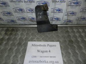 Брызговик передний правый 5370a242 на Mitsubishi Pajero Wagon 4