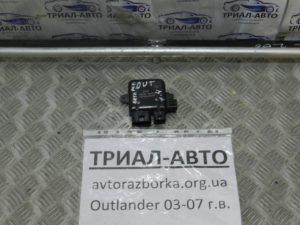 Блок управления вентиляторами на Mitsubishi Outlander 1 2003-2006 г.в.