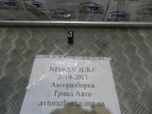 Кнопка стеклоподьемника задняя правая на Juke 2010-2017 г.в.