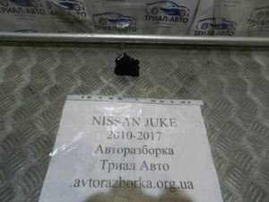 Кнопка стеклоподьемника задняя левая на Juke 2010-2017 г.в.